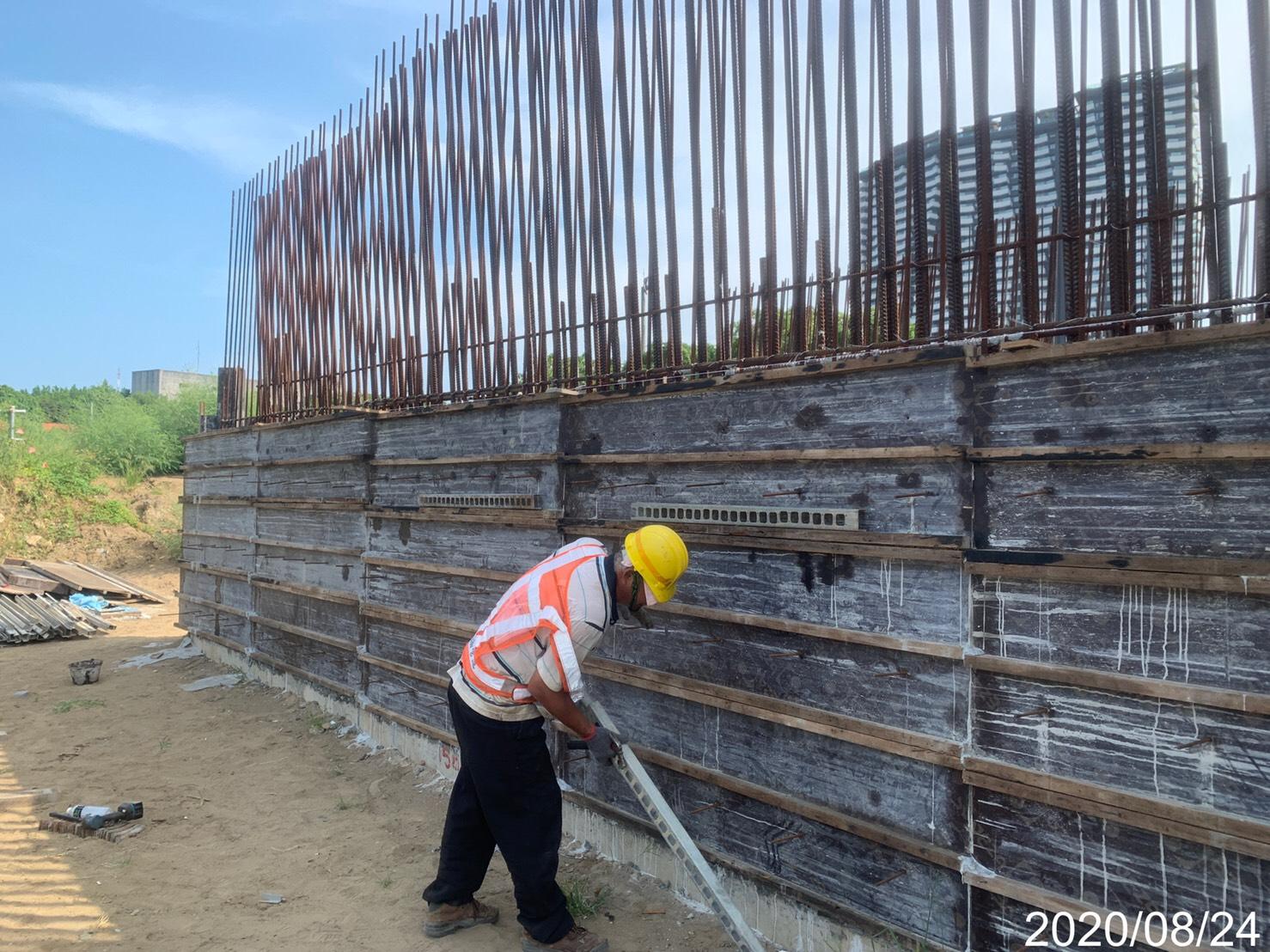 淡水端擋土牆第一昇層模板拆模