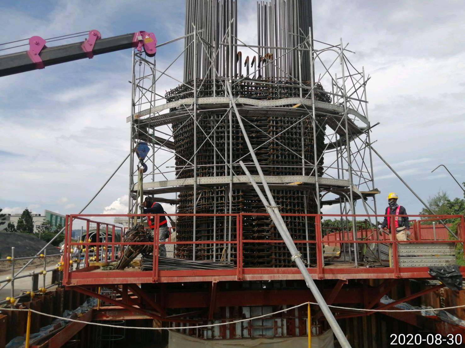 八里端橋墩墩柱鋼筋組立施工作業.