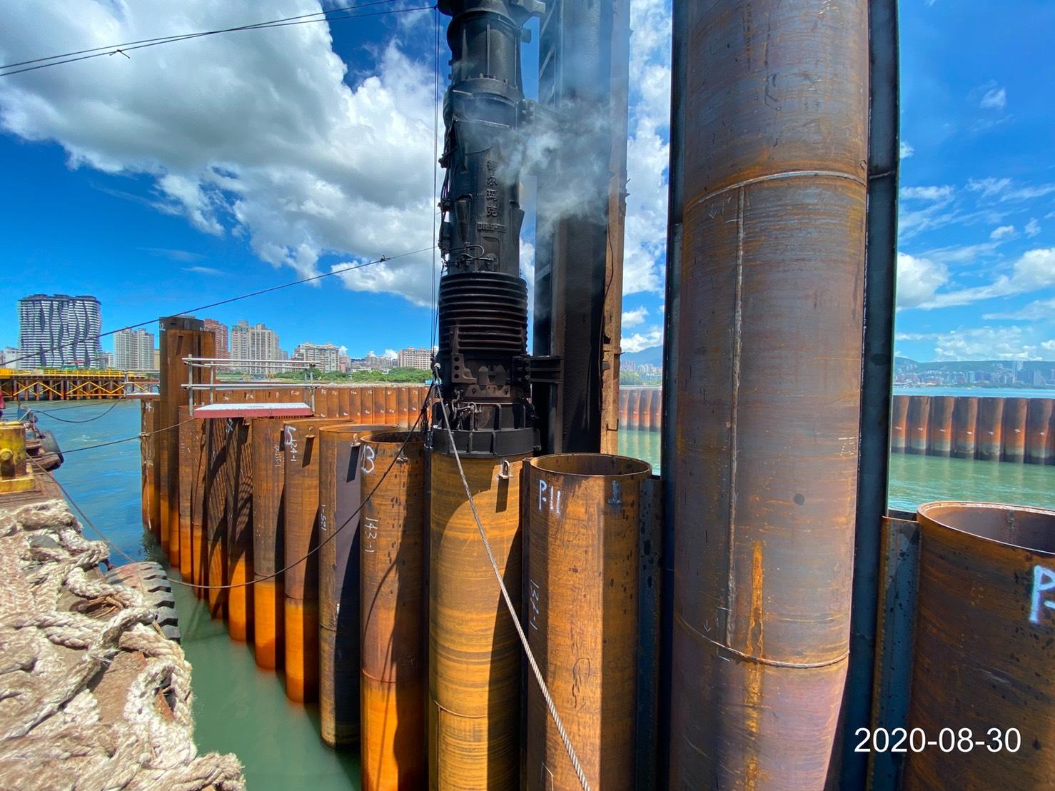 河中段圍堰鋼管樁打設施工作業.