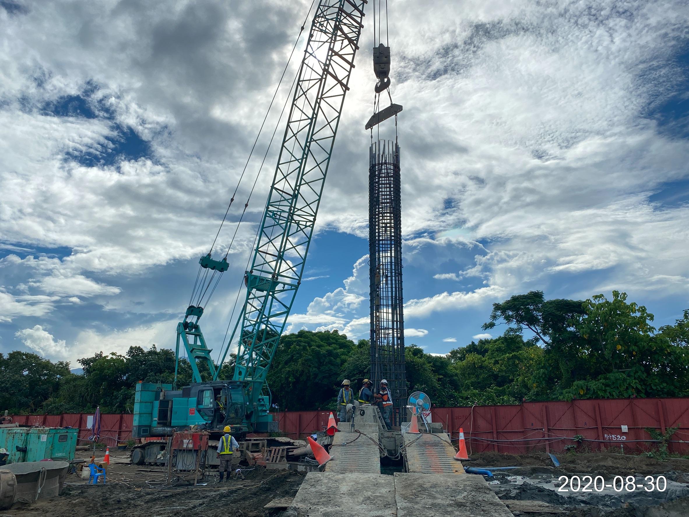 八里端基樁工程安裝鋼筋籠施工作業.
