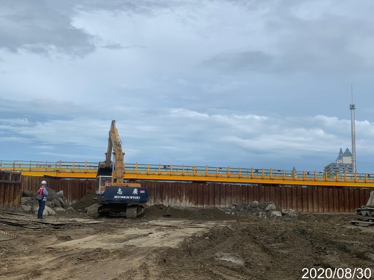 淡水端大圍堰基樁施工區域整地作業.