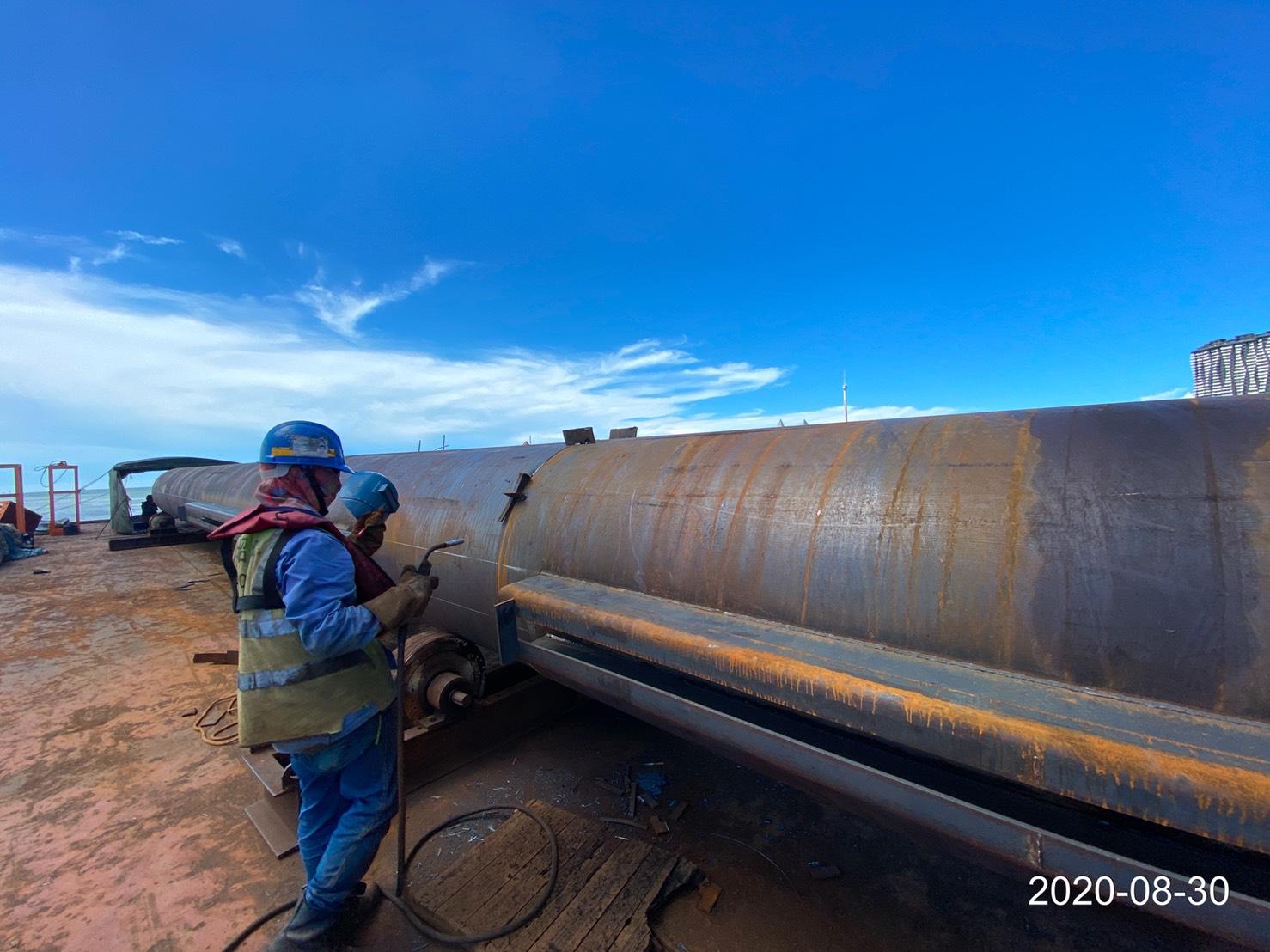 河中段圍堰鋼管樁水平焊接電焊施工作業.