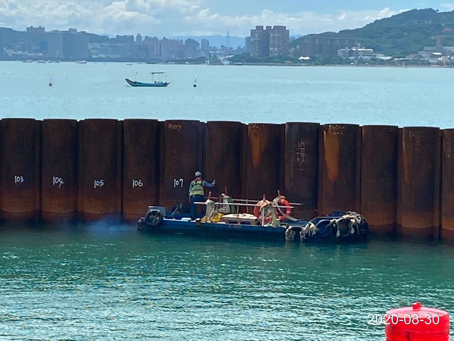 河中段圍堰鋼管樁施工作業.