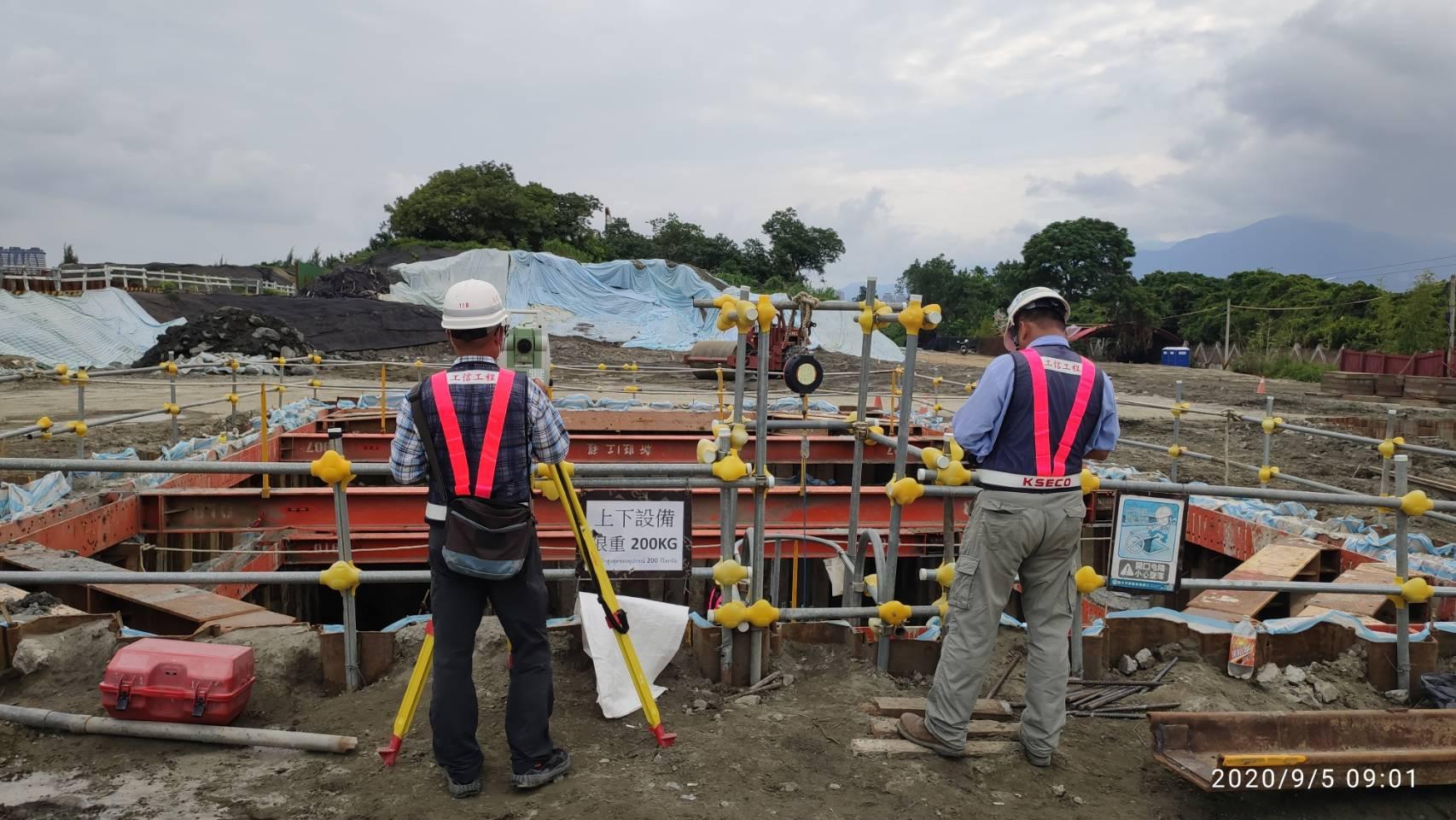 八里端橋墩基礎版位置測量放樣作業.