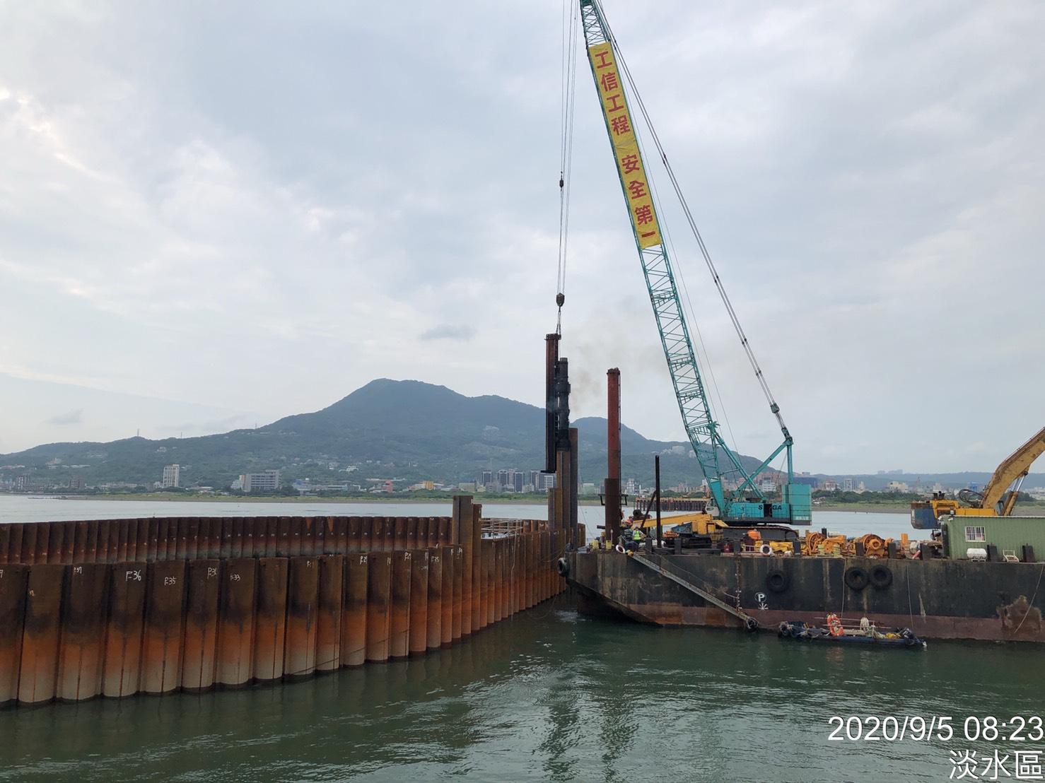 河中段圍堰鋼管樁打設作業.