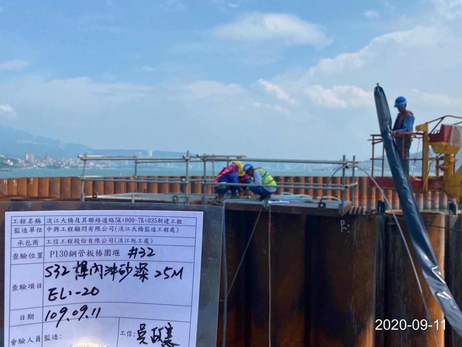河中段圍堰鋼管板樁繼手榫內沖砂作業.