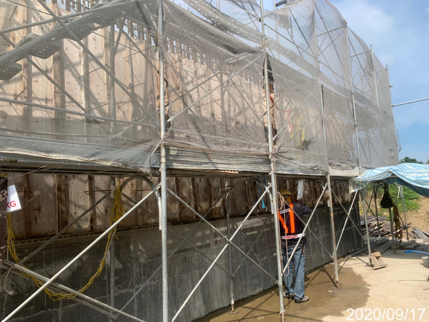 淡水端擋土牆模板拆除