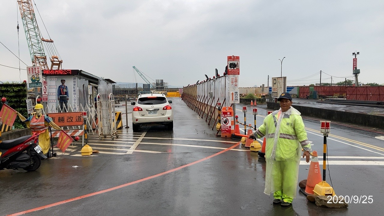 淡水端工地大門人員車輛進出交通管制維持.