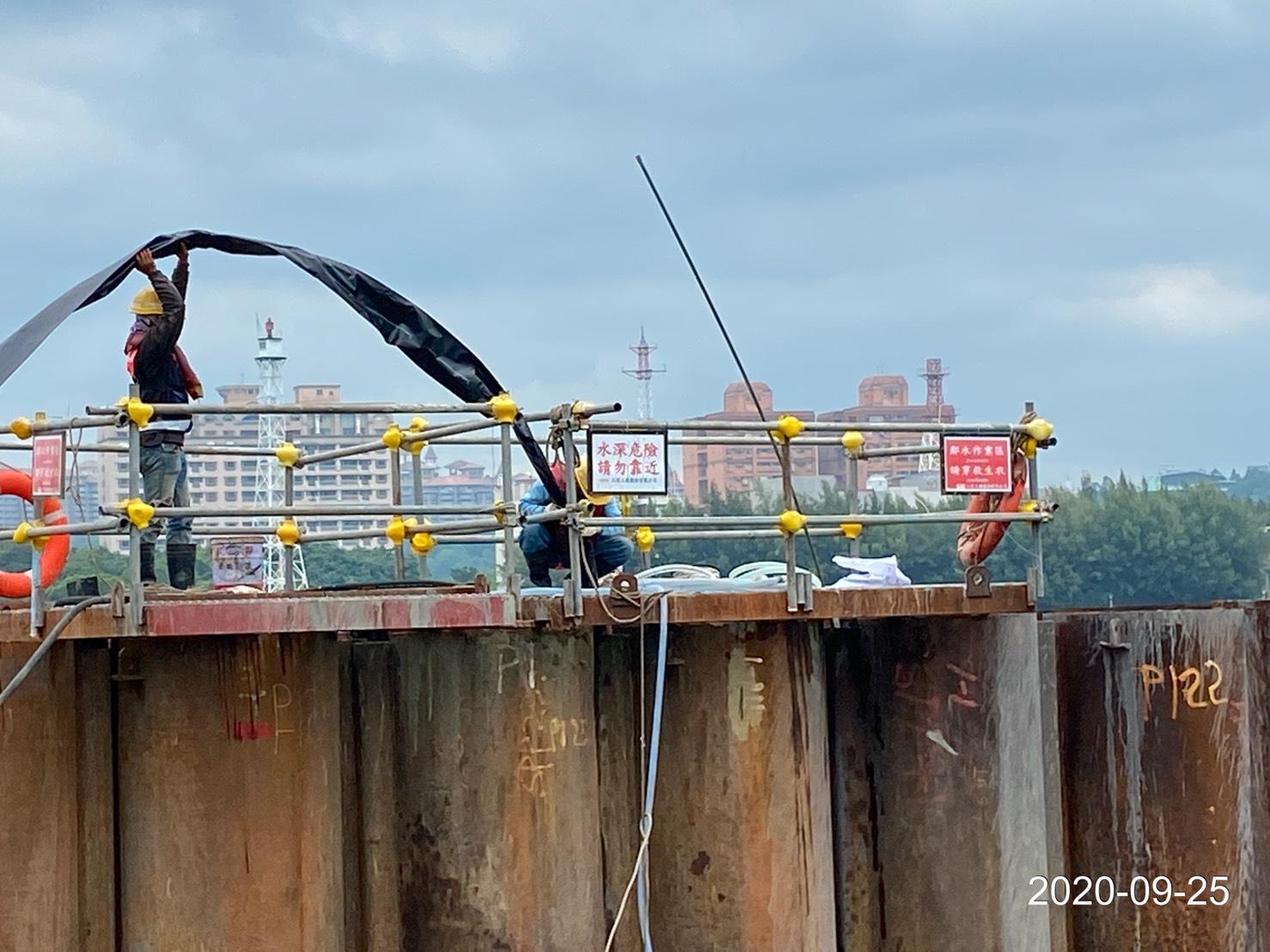 河中段圍堰鋼管板樁榫間安放止水帶作業.
