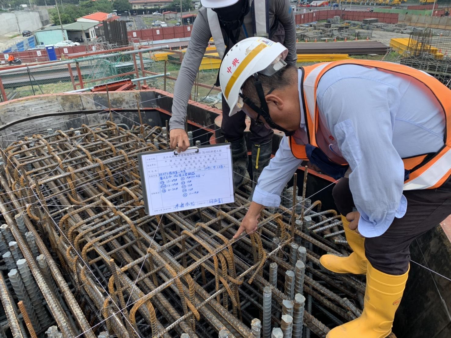 淡水端RR3P3橋墩墩柱第二升層鋼筋鋼模查驗作業.