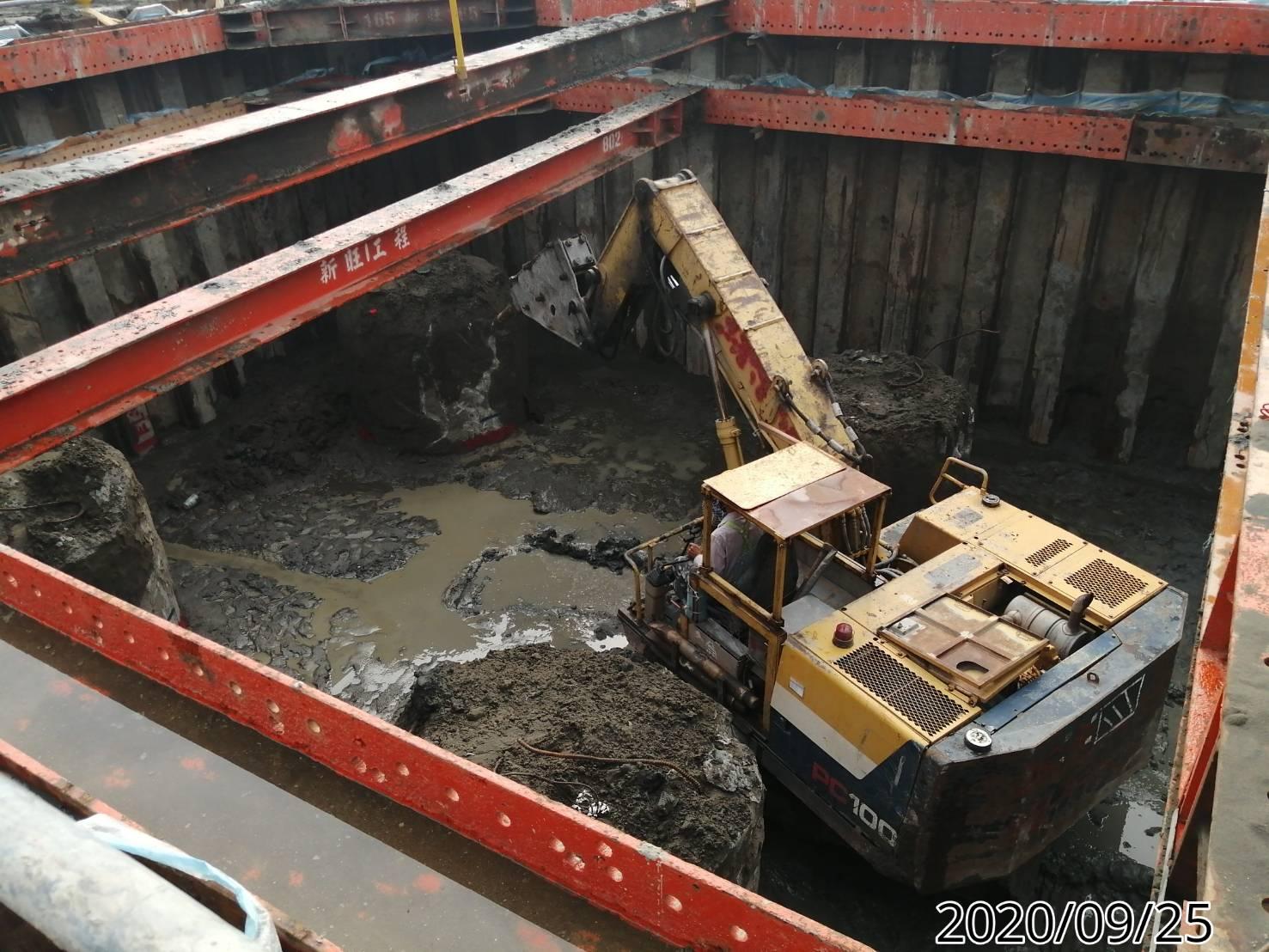 八里端橋墩基礎底板基樁樁頭劣質混凝土敲除施工.