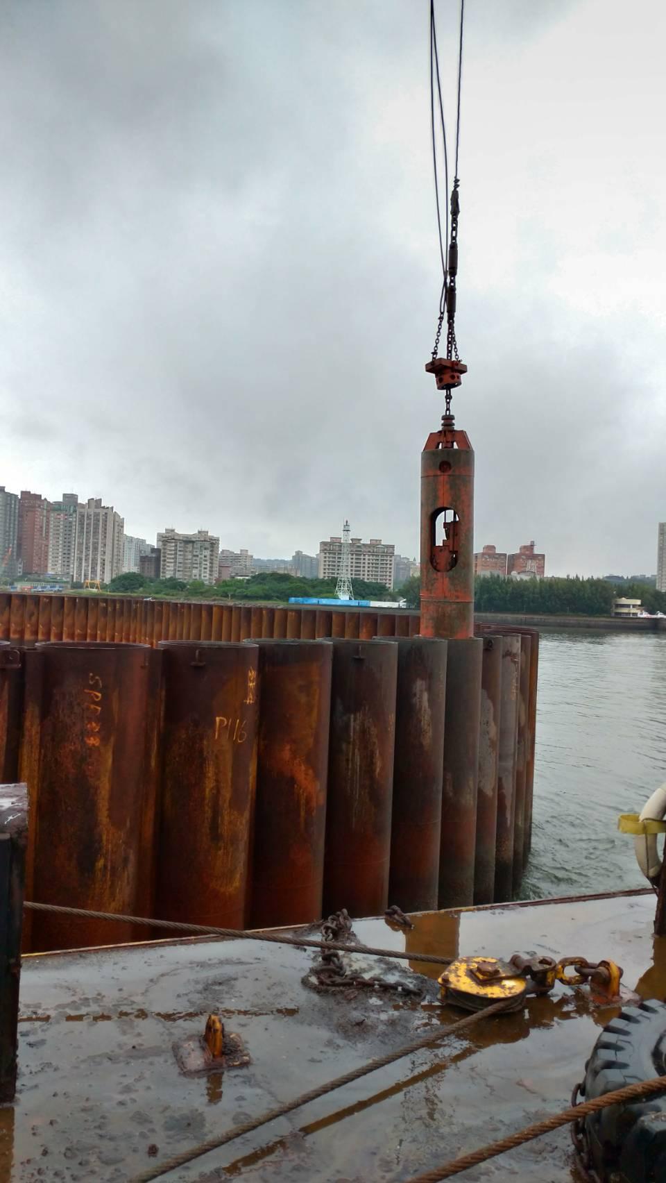 河中段圍堰鋼管板樁管內取土石作業.