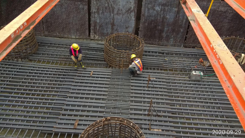 八里端橋墩基礎版底層鋼筋組立綁紮施工.