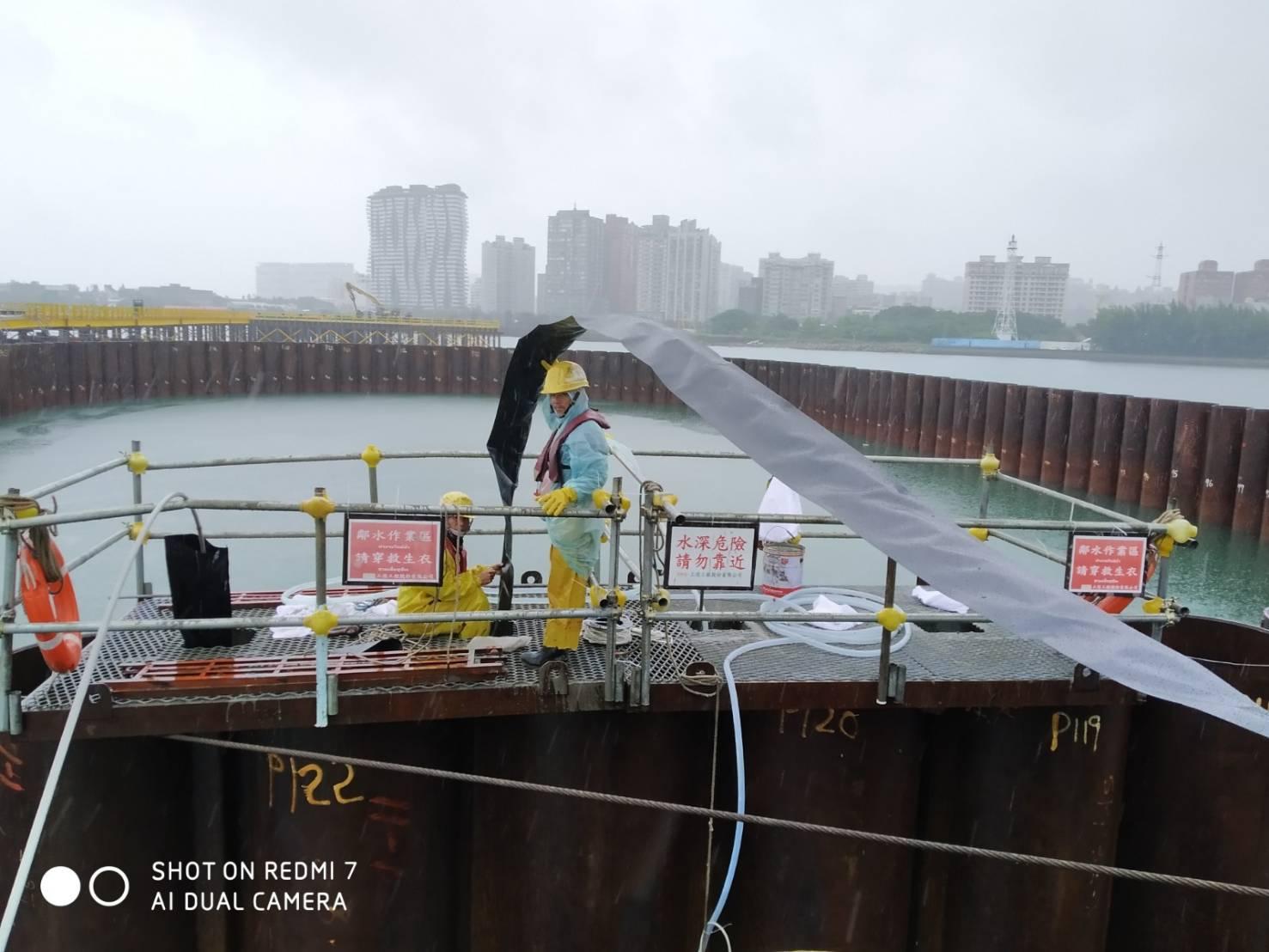 河中段圍堰鋼管板樁榫間止水帶安裝施工.