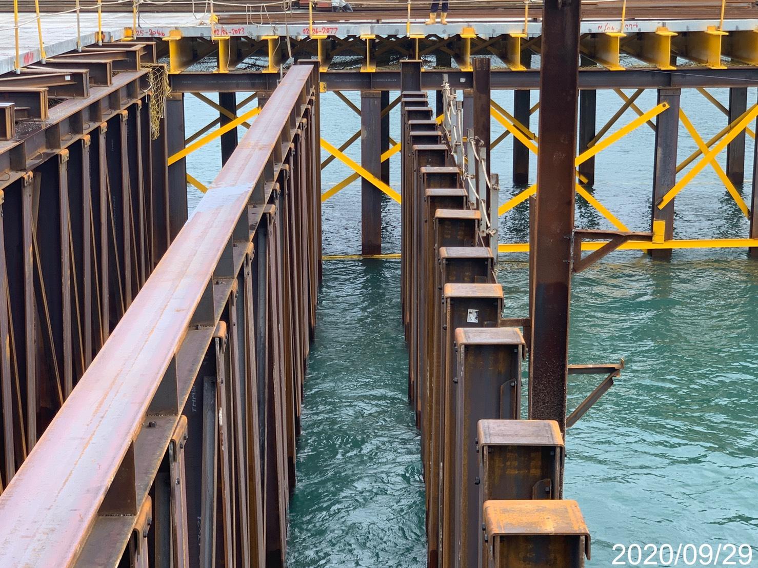 八里端施工構台型鋼立柱大樑打設組立安裝作業.
