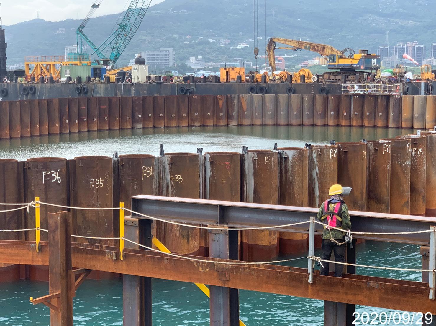 淡水端施工鋼便橋型鋼立柱大樑打設組立安裝作業.