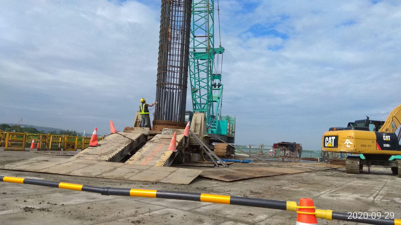 河中段P110基樁鋼筋籠安放,搭接電焊作業.