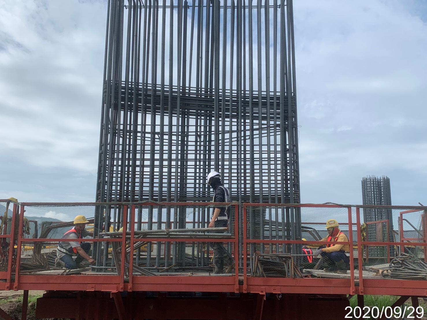 淡水端橋墩墩柱鋼筋組立施工.