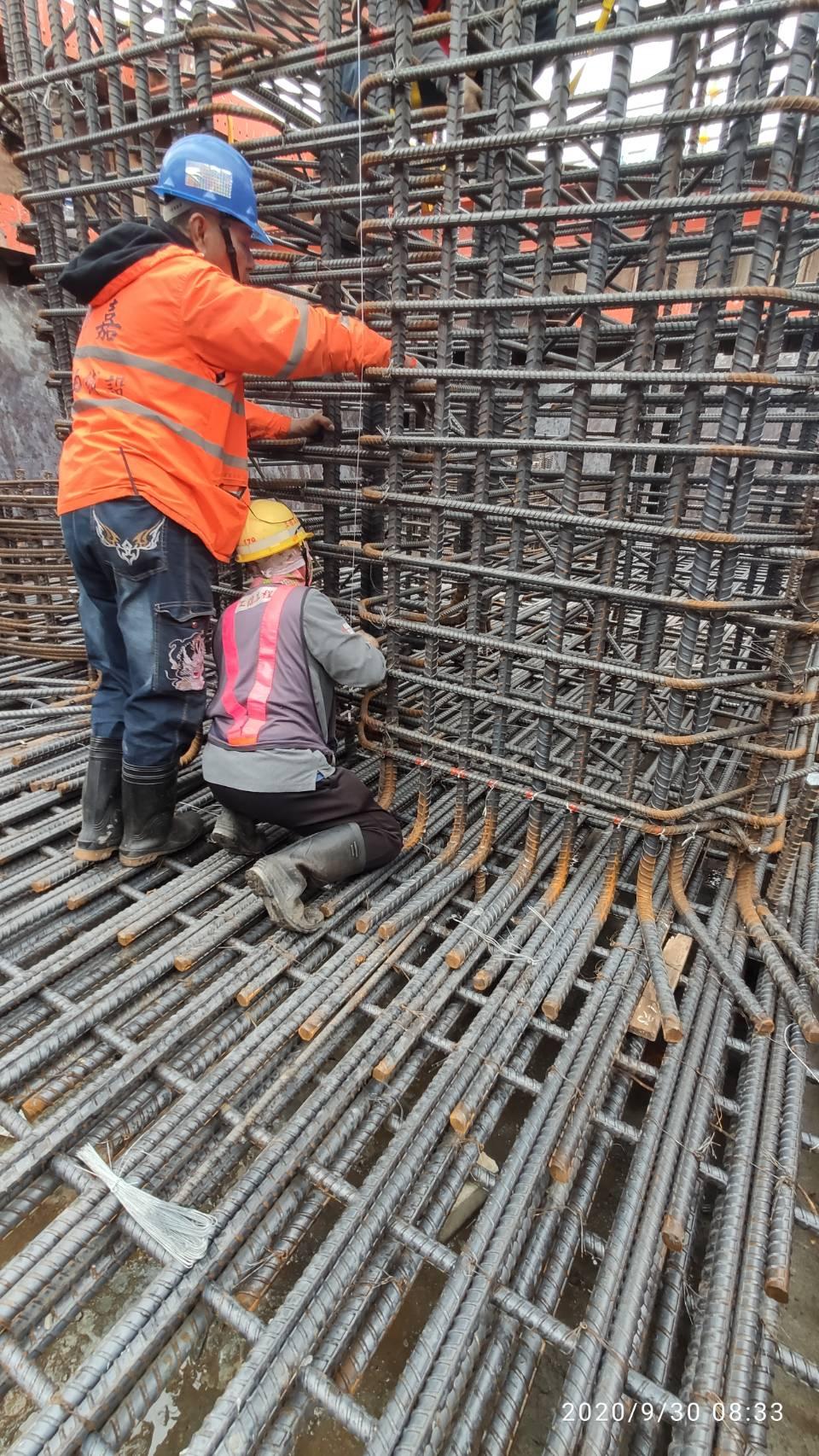 八里端P3S橋墩墩柱鋼筋組立施工.