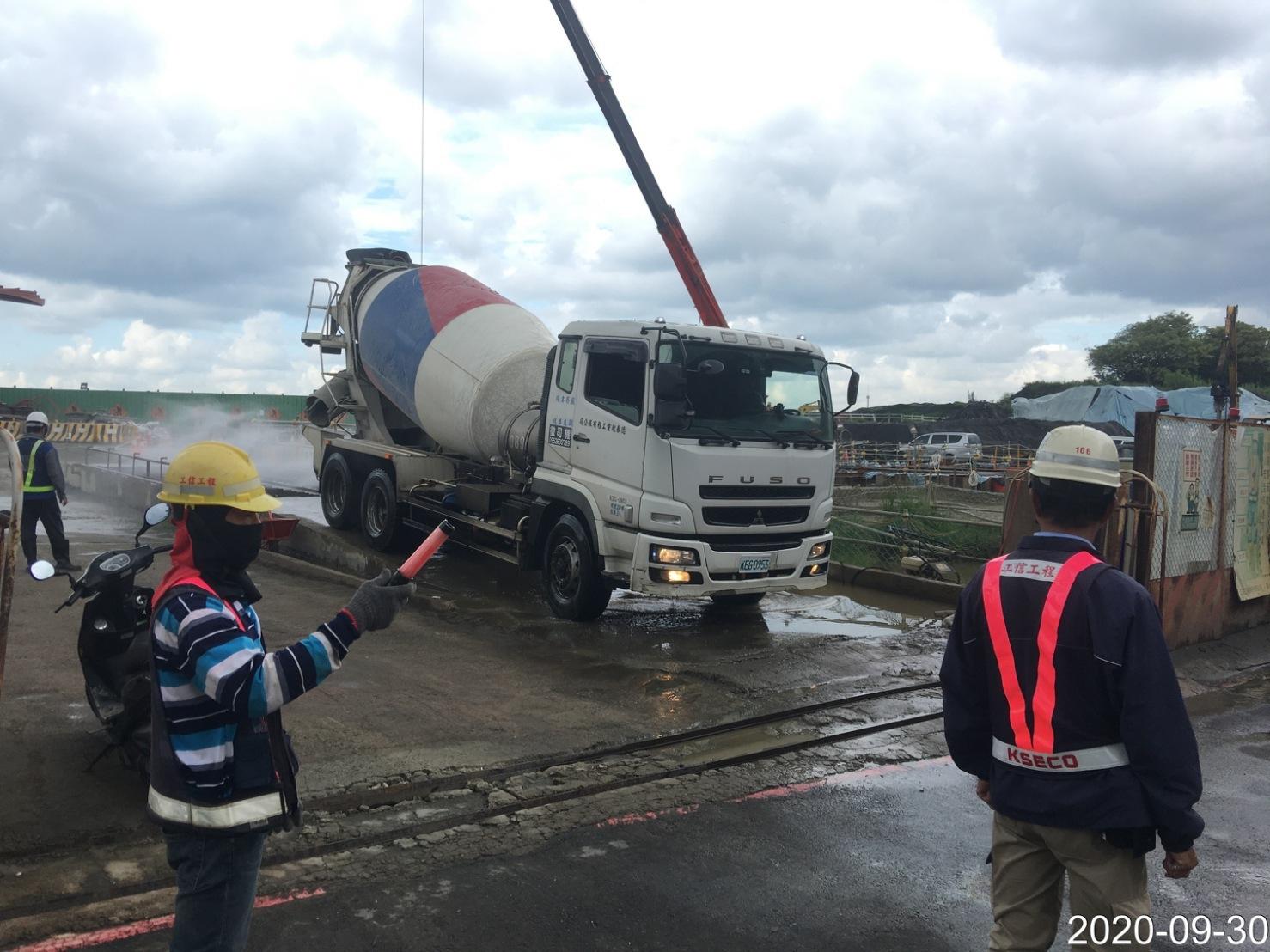 八里端工區大門車輛進出交通管制人員指揮監看情況.