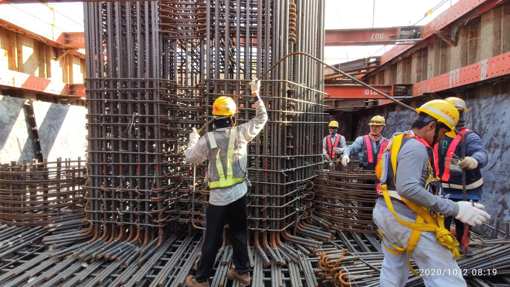 八里端P3S橋墩基礎版及墩柱鋼筋綁紮.