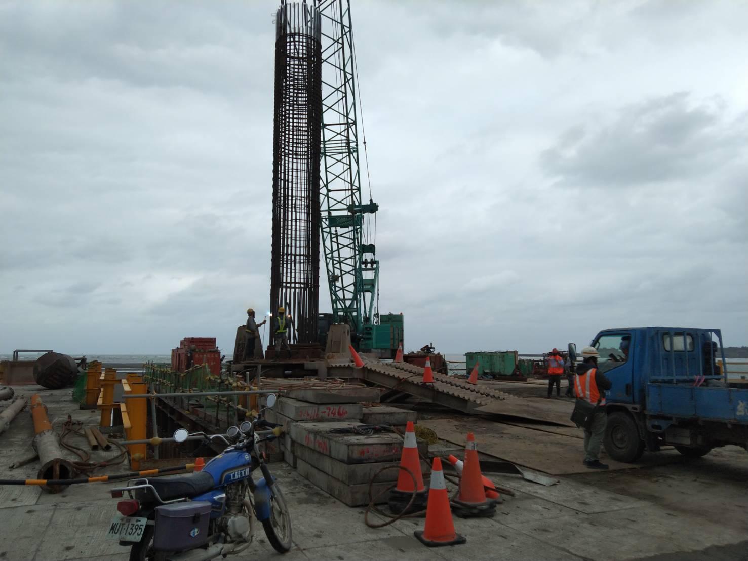 八里端基樁鋼筋籠搭接及吊放作業