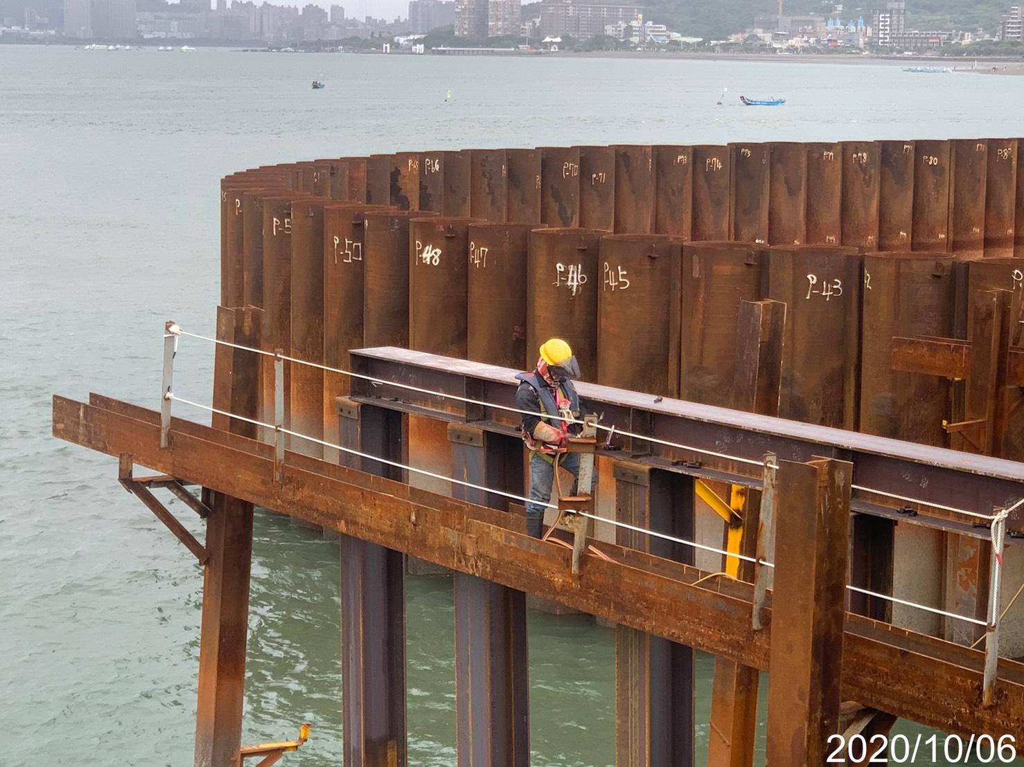 淡水端基樁施工構台橫樑銲接