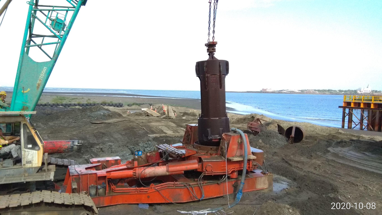 八里端端基樁挖掘作業