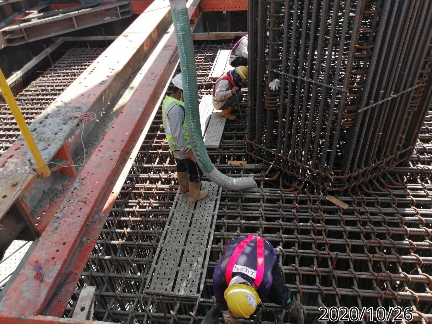 八里端橋墩基礎板混凝土澆置