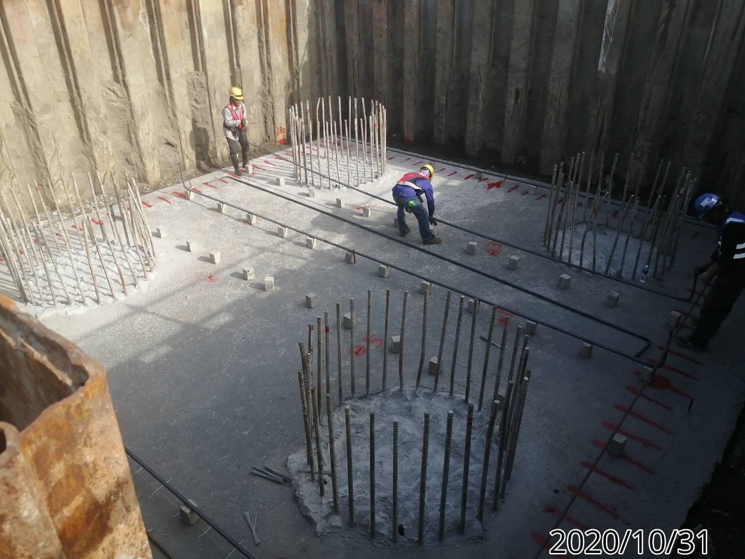橋墩基礎版下層筋綁紮施作.