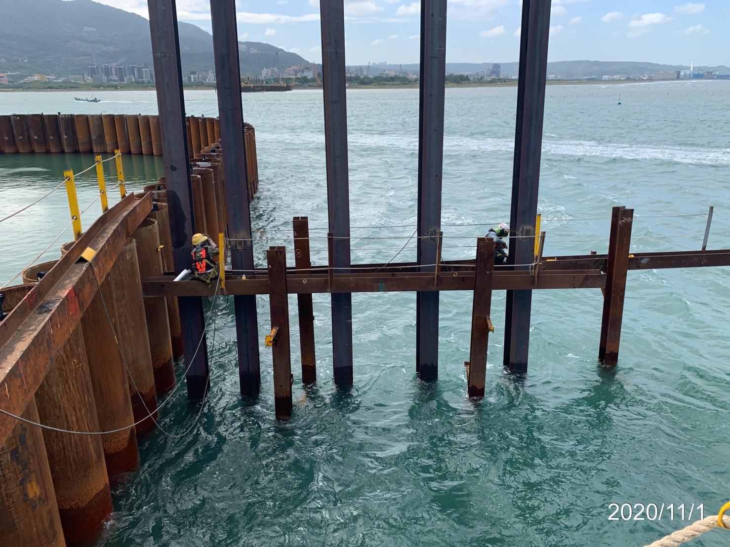淡水端施工便橋立柱中間型鋼銲接作業