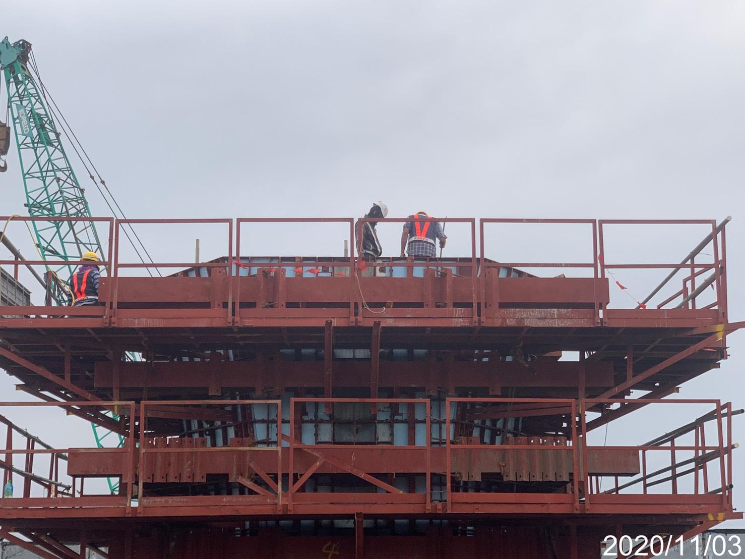 淡水端橋墩墩柱第二昇層鋼模拆模