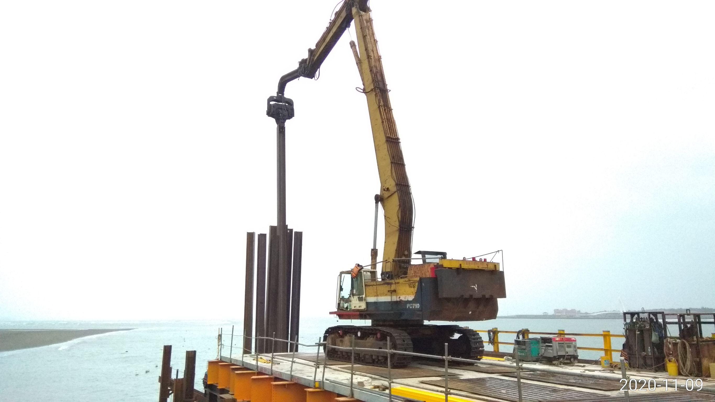 八里端施工鋼便橋型鋼中間柱打設