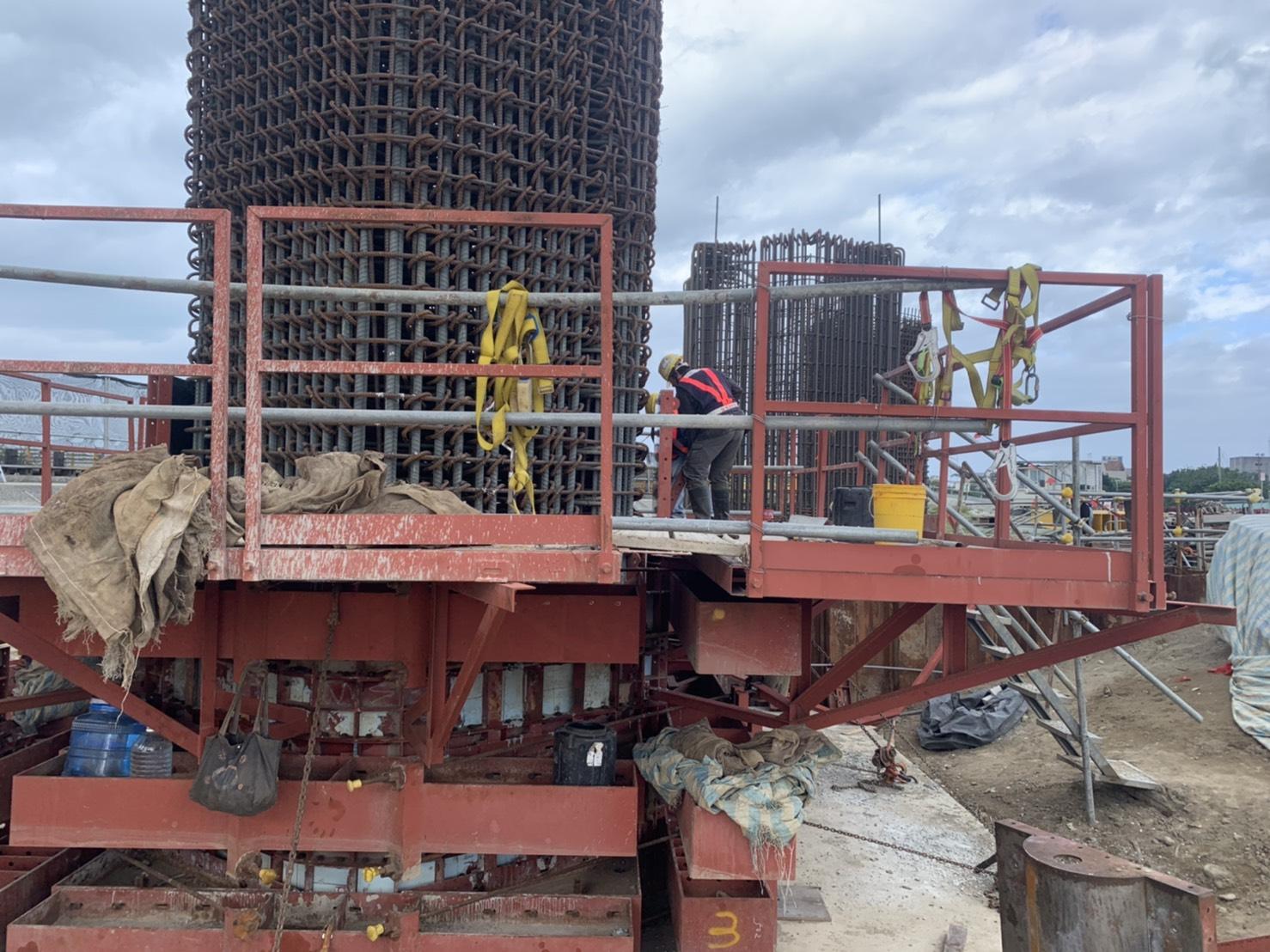 淡水端橋墩墩柱第二昇層鋼綁紮