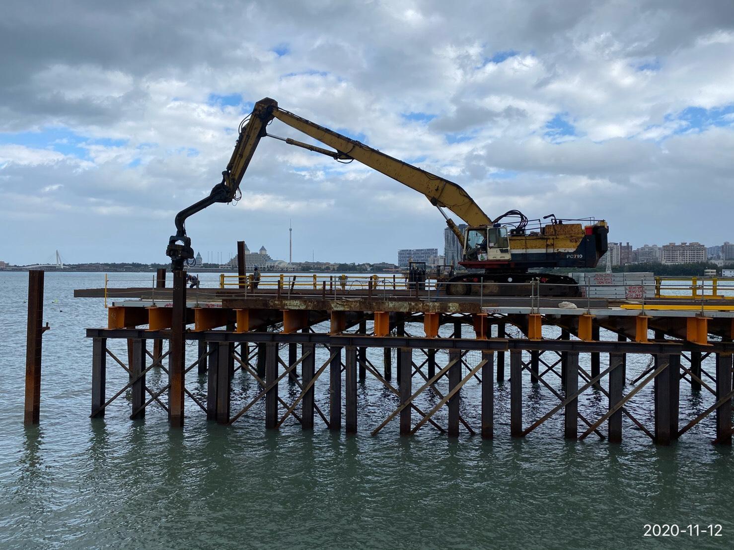 八里端施工便橋立柱接樁,打設