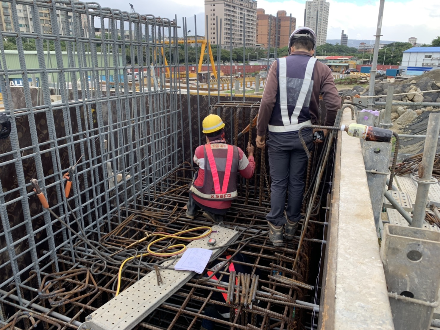 橋淡水端台止震塊、RC墊位置放樣及鋼筋綁紮