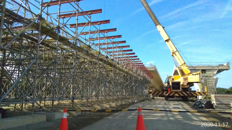 八里端公路橋結構工程箱型樑U1N-1模板型鋼吊放安裝
