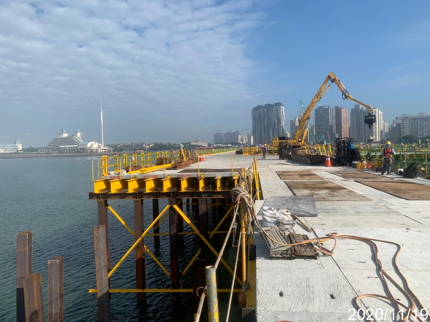 八里端施工便橋縱梁安裝,斜撐鎖固