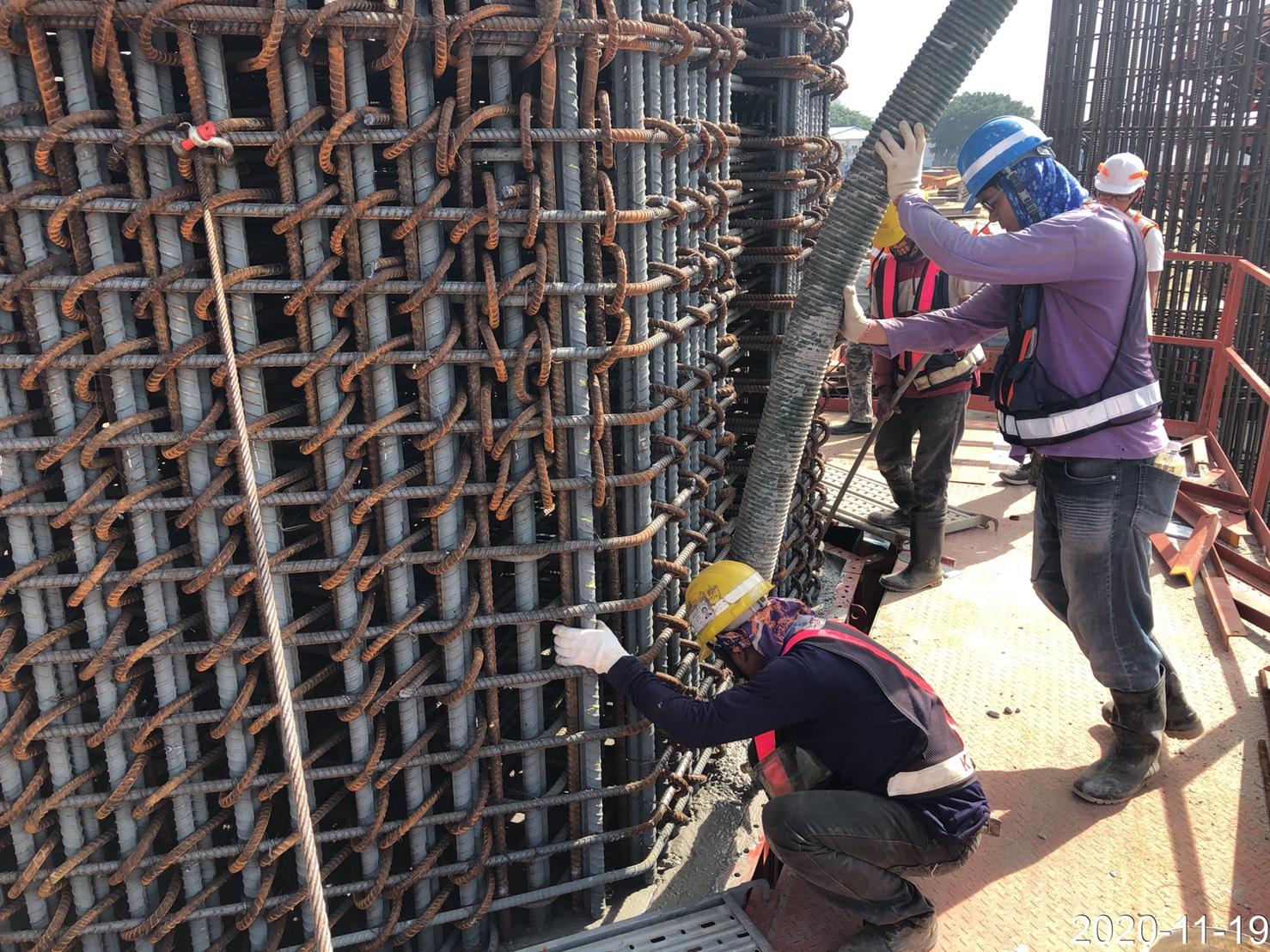 淡水端橋墩墩柱第1昇層混凝土澆置