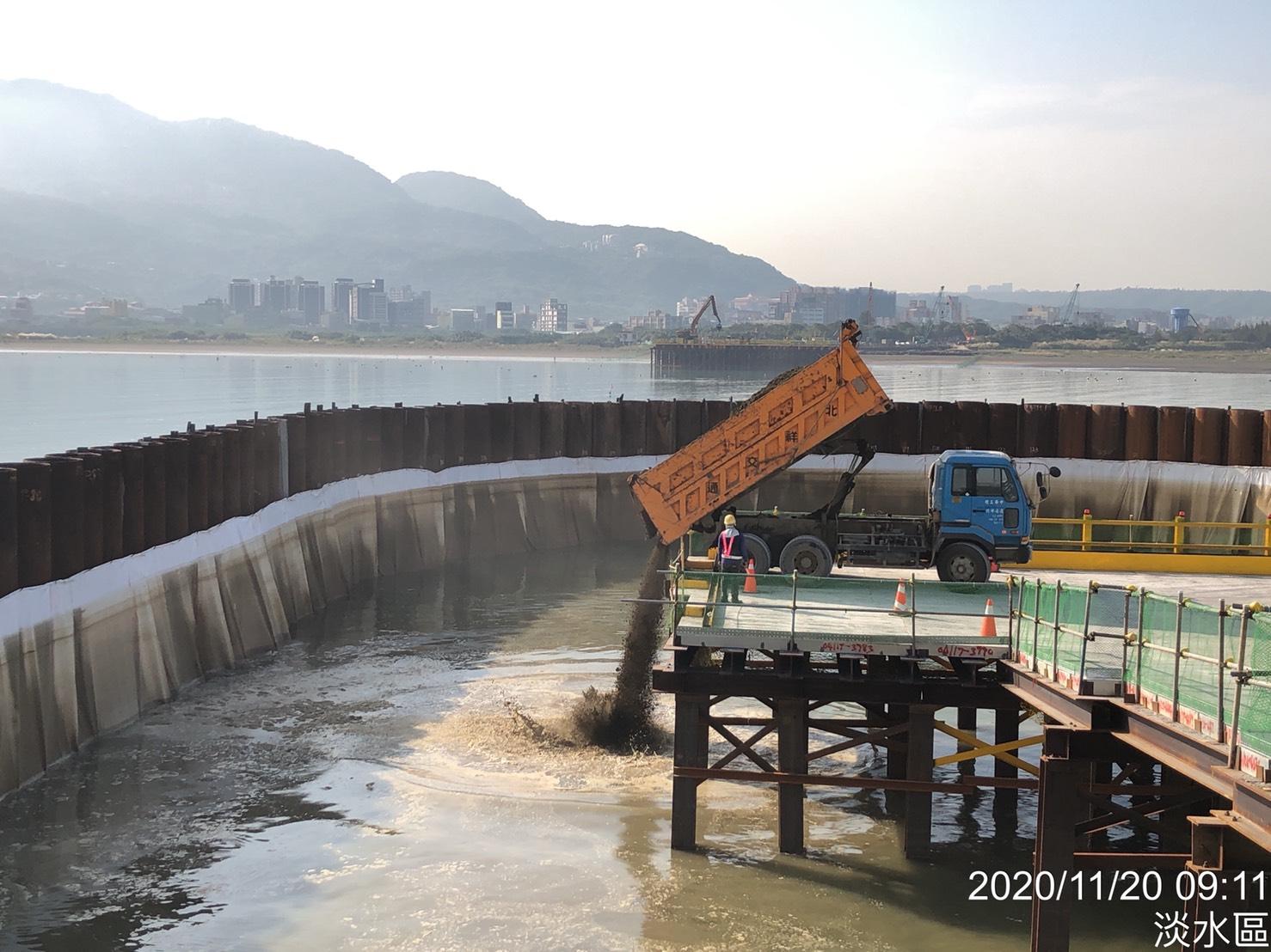 主橋塔鋼管鈑樁圍堰內回填土石方作業.