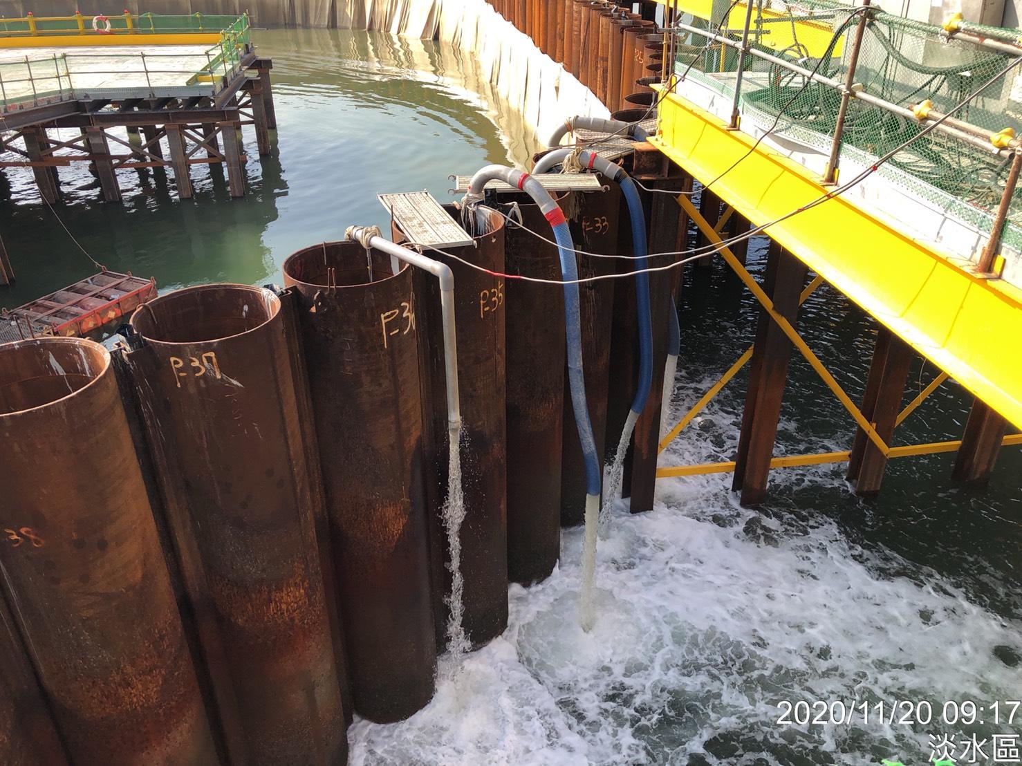 主橋塔鋼管鈑樁圍堰內抽水作業.