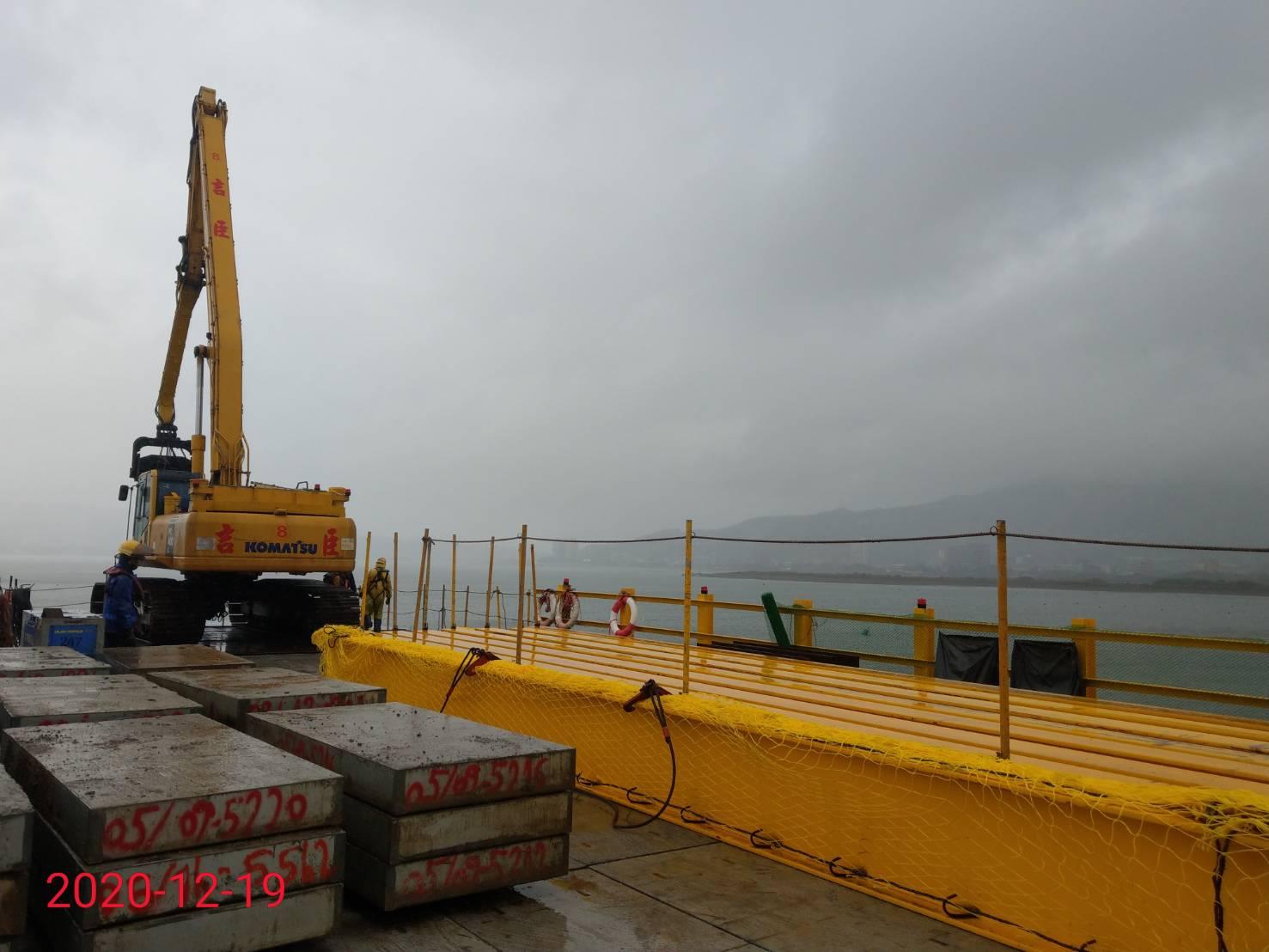 施工鋼便橋組立安裝施工情況.