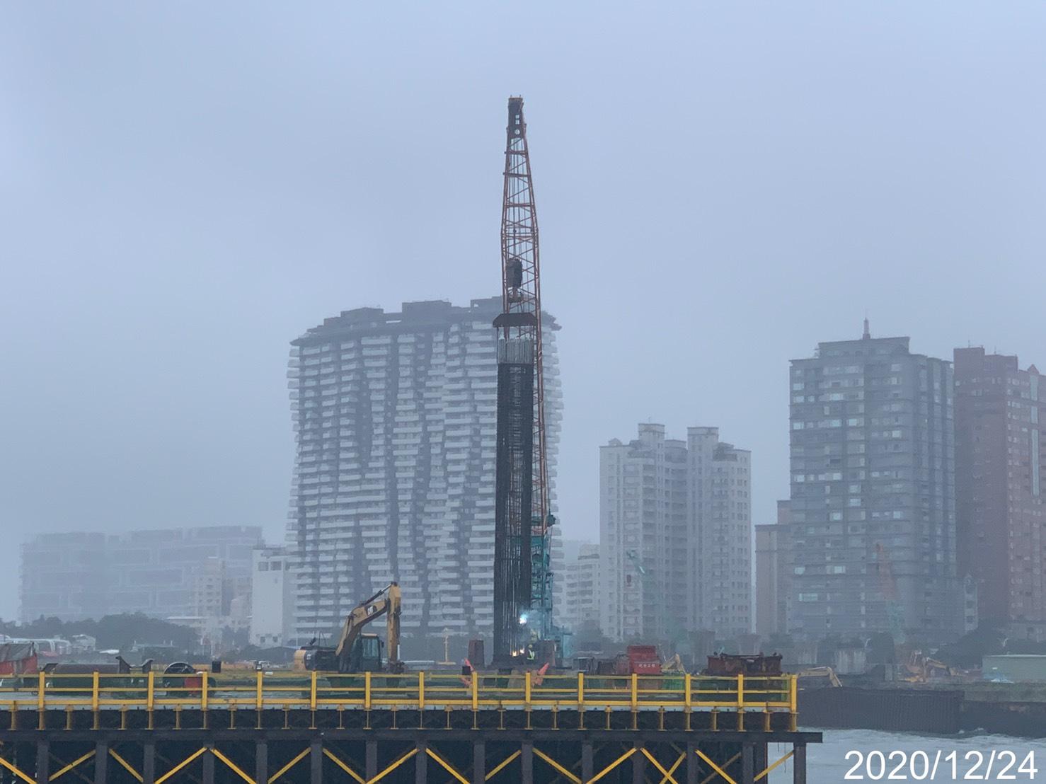 淡水端河中段基樁鋼筋籠吊放作業