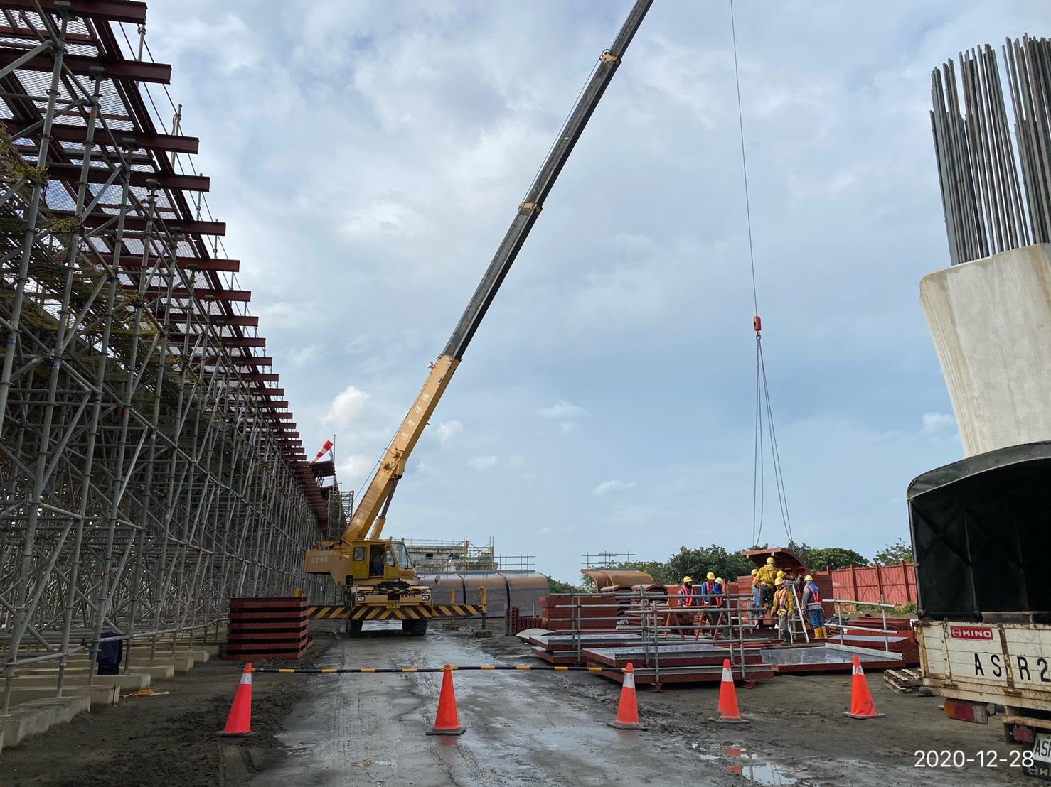 橋面板側翼模具吊放施工.