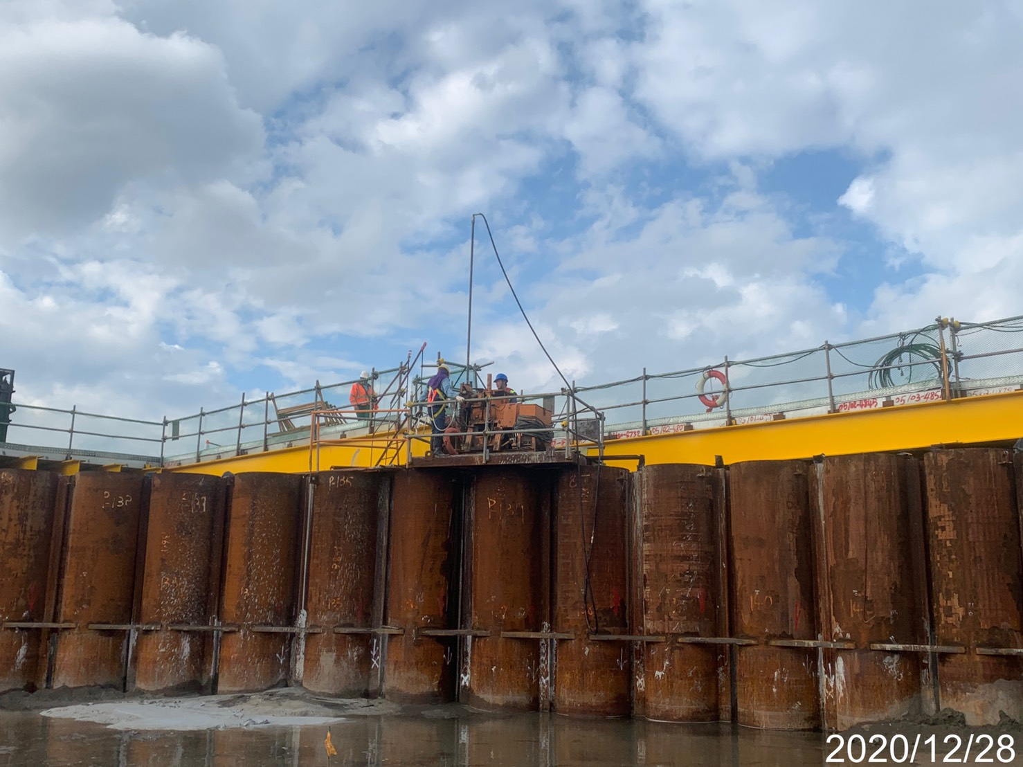 河中段主橋塔基礎鋼管鈑樁高壓止水灌漿作業.