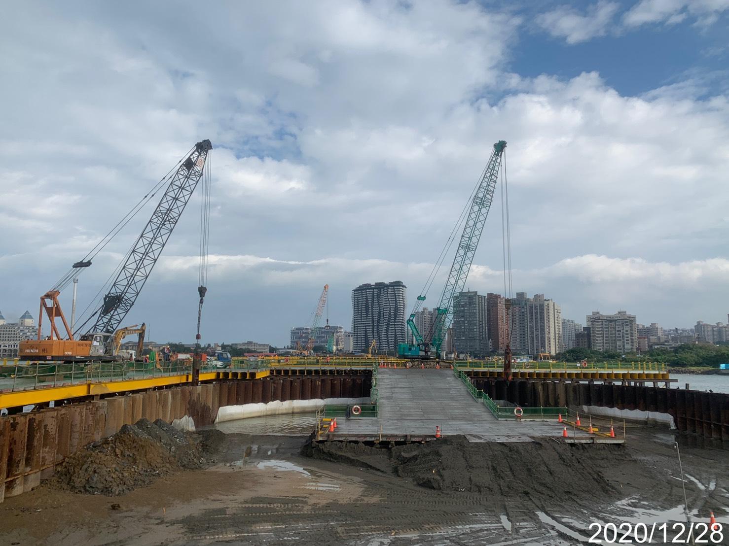河中段主橋塔基礎鋼管鈑樁內取土作業.