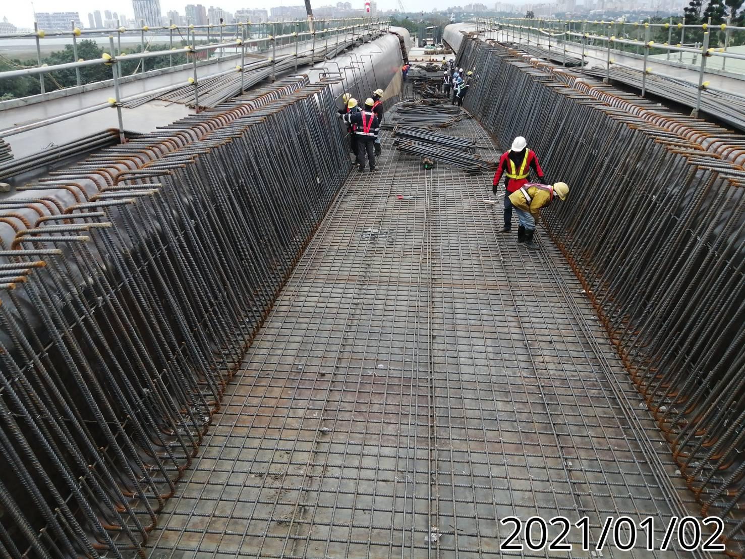 陸上段橋面版第一單元底版,鋼筋綁紮施工情況.