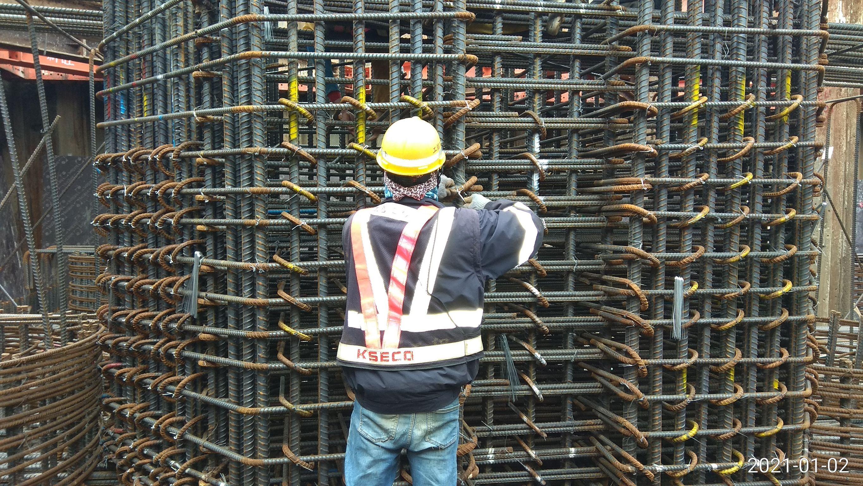 陸上段橋墩墩柱鋼筋綁紮施工情況.