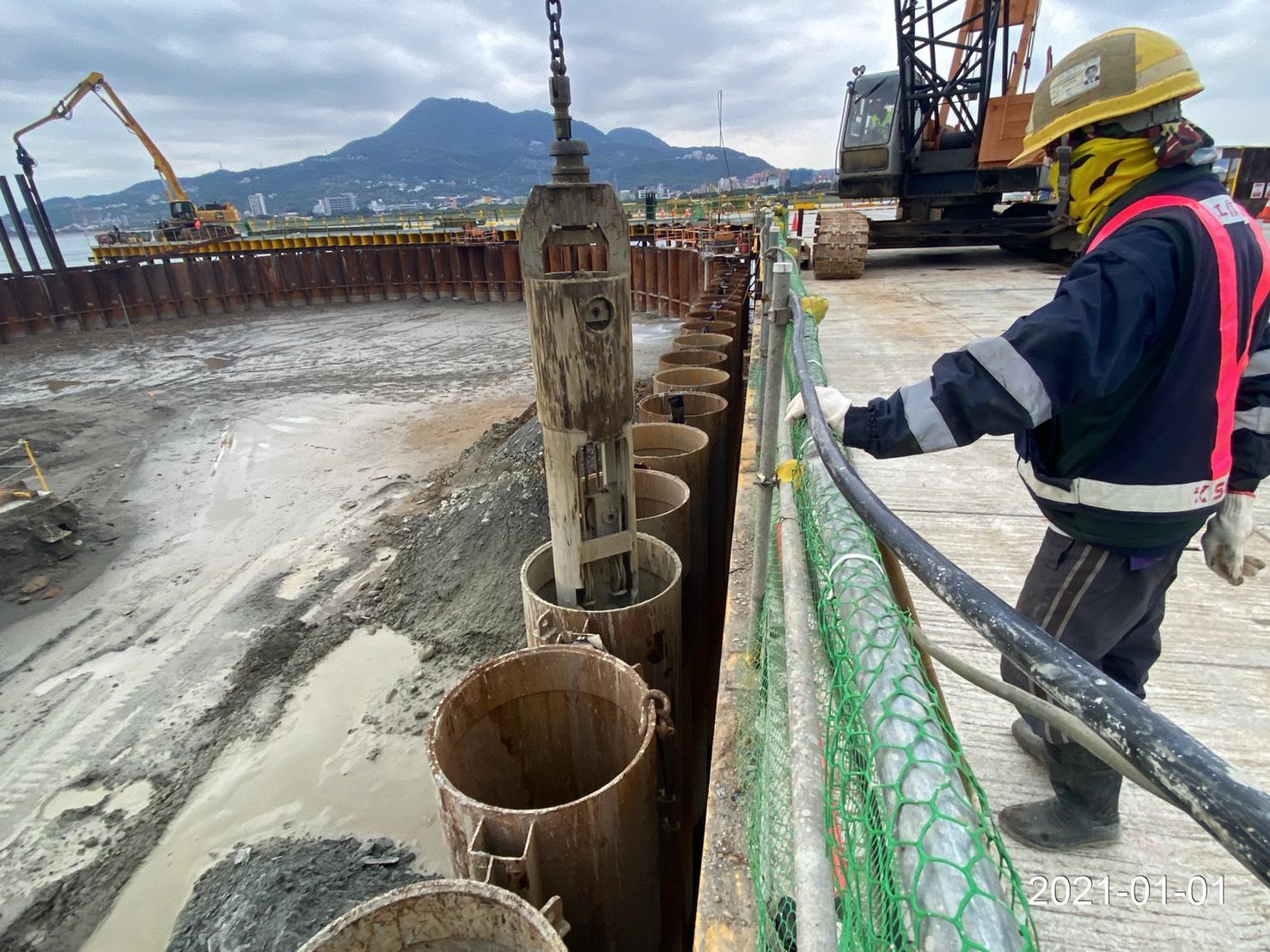 河中段圍堰鋼管板樁內取土施工作業.