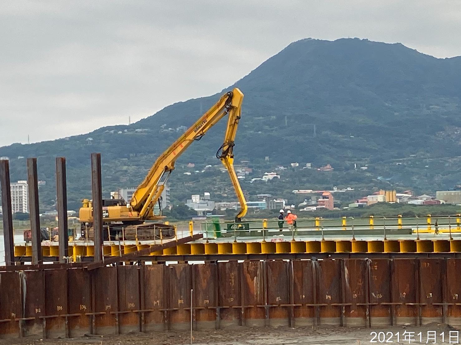 河中段施工構台打設作業.